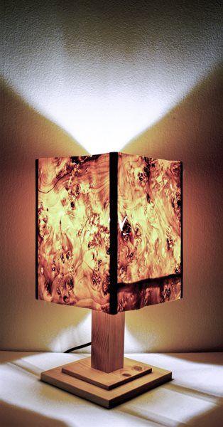 Lupo Canada - #handmade  #woodlamps #desklamps #desklights #woodenlights #woodwork #wooden #woodenlight #pinewood #veneerlamp #veneer #lupocanada Επιτραπέζιο φωτιστικό, από Lupo Καναδά και πεύκο. Δίνει στο χώρο σας ζεστασιά, χαρίζοντάς του μία γήινη πορτοκαλοκόκκινη απόχρωση, λόγω των χρωμάτων του καπλαμά. Διαθέτει καφέ υφασμάτινο καλώδιο. Υπέροχος συνδυασμός για κρεβατοκάμαρα! Διαστάσεις: 40 εκ. ύψος, 20 εκ. πλάτος.