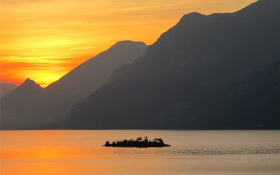 Fotos aus Italien: Sonnenuntergang am Gardasee  http://www.italien-mag.de/2015/03/fotos-aus-italien-sonnenuntergang-am.html