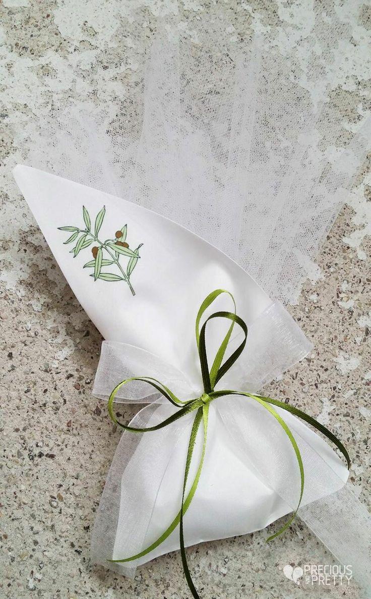 Μπομπονιέρα γάμου με ελιά. Wedding favors made in Greece with olive leaves #weddings #favors #olive #greekfavors #bombonieres #preciousandpretty