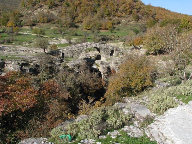 Το γεφύρι του Γρέτσι, στον Παλαιόπυργο Πωγωνίου. Το μοναδικό με καταράκτη ακριβώς από κάτω του. The Gretsi stone bridge, at Paleopyrgos, Pogoni, Greece. The only one with a waterfall right underneath.