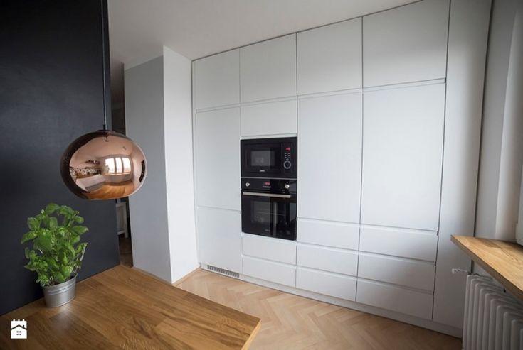 Białe szafki kuchenne zajmujące całą ścianę - Lovingit.pl