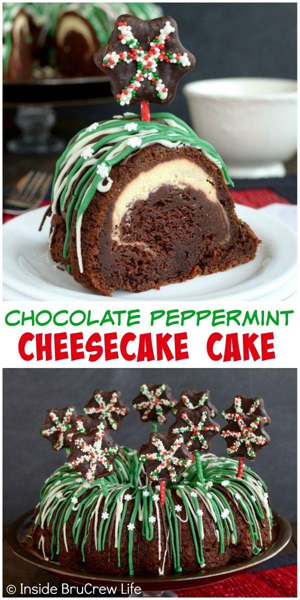 Un tunnel caché de fromage dans ce chocolat menthe poivrée Cheesecake Cake est une surprise agréable.  Ajouter des décorations de bonbons facile pour le faire paraître amusant pour les fêtes!