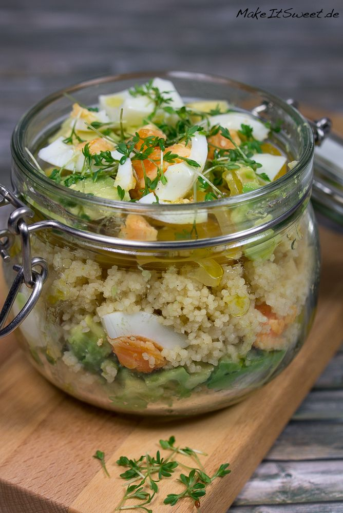 Ein ausgefallener Salat im Glas mit Couscous, Avocado und Ei, dazu ein selbstgemachtes Senf Dressing. Ideal zum Vorbereiten und Mitnehmen.