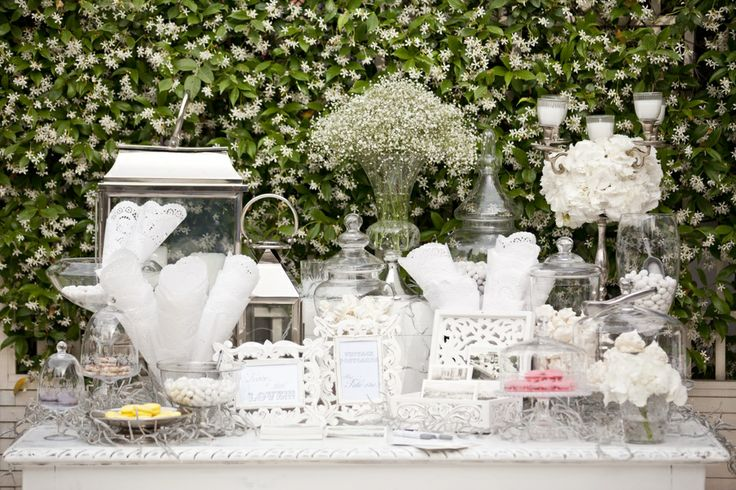A welcome table full of crystall details and vintage style elements!White candles, flowers, colorful marocans...so romantic and sweet!