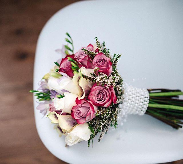 """L'amour est dans le bouquet 💐  #weddingphotography #bouquet #wedding #weddinginspiration #wed #roses #wedetail #kala #mariagequebec #ppap #pinkroses"" by @stephotographie."
