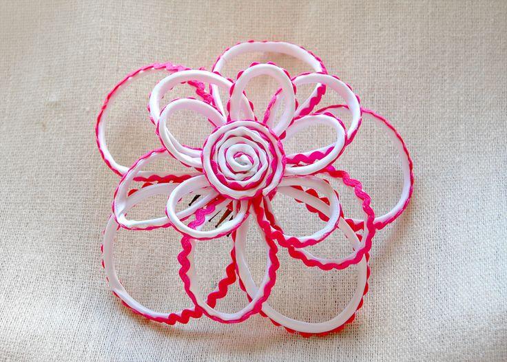 Flor con armazón metálico y flexible. Se puede realizar en otros colores.