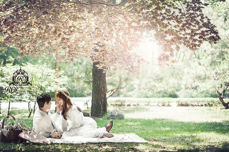 outdoor pre wedding photo by Roi studio, taken at Dosan park near our studio. Please visit www.roistudio.co.kr to learn more. #roistudio #Koreawedding #Gangnamwedding