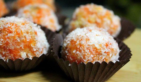 Una dulce, y cierta medida, sana alternativa para consentirlos en casa. Te mostraremos lo rápido y fácil que es preparar unas bolitas de zanahoria.