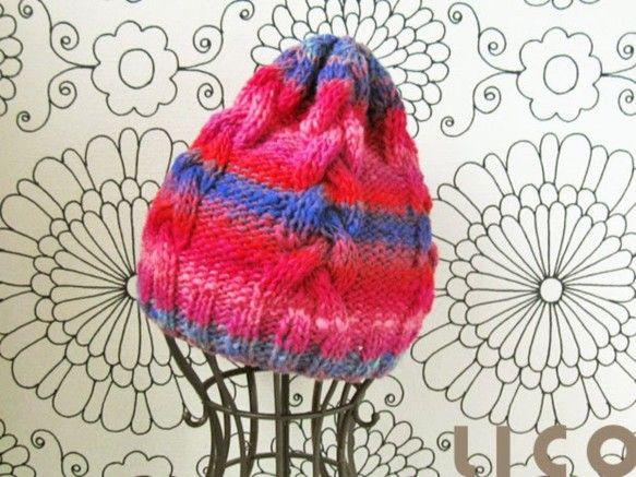 棒針で編んだ、縄編みのニット帽子。 レモンのようなどんぐりのような、小人っぽい雰囲気です。 きゅっと下げると耳がすっぽり隠れます。 耳を隠すように被ると、てっ...|ハンドメイド、手作り、手仕事品の通販・販売・購入ならCreema。