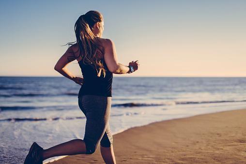 Vous êtes une adepte du running et vous vous demandez ce que vous devez manger pour être au top de votre forme ? Quelques règles élémentaires sont à adopter afin d'avoir des capacités physiques au sommet. Les conseils de la nutritionniste Nina Cohen-Koubi.