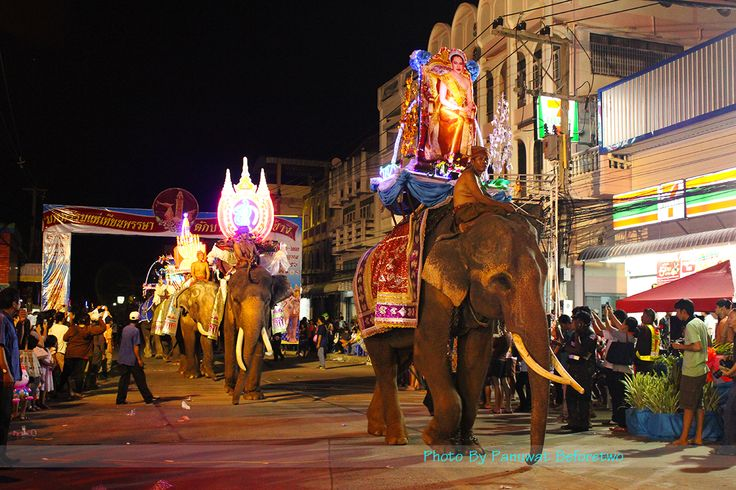 Surin Candle Festival parade on elephant back and put one 2556 and the only one in the world in 2013. see more & gallery at www.amazingthailand.jobtipdd.com