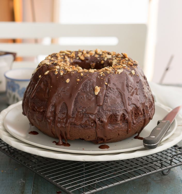 Bizcocho de chocolate en molde de Bundt cake  Ingredientes: 250 ml de aceite 100 g de azúcar 100 g de azúcar morena 4 huevos 300 g harina 2 cdas de cacao 1 cdita de vainillin 1 1/2 cdita de ROYAL 1 pizca de sal 180 ml de leche Unas gotas de limón 250 gr de chocolate 40 ml de zumo de naranja Ralladura de naranja  Cobertura de chocolate:  80 gr de chocolate 40 gr de crema. 15 gr de manteca Almendras tostadas para decorar o cualquier otro fruto seco, fideos de chocolate, frutas del bosque...