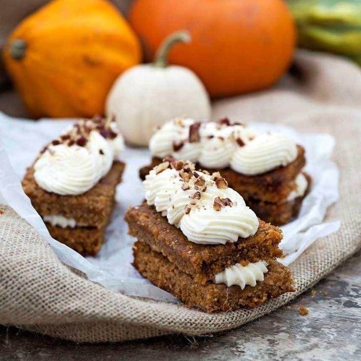 Morot- & pumpabakelser som toppas med ljuvlig limefrosting och kanderade pekannötter är helt perfekta att baka en regnig höstdag!