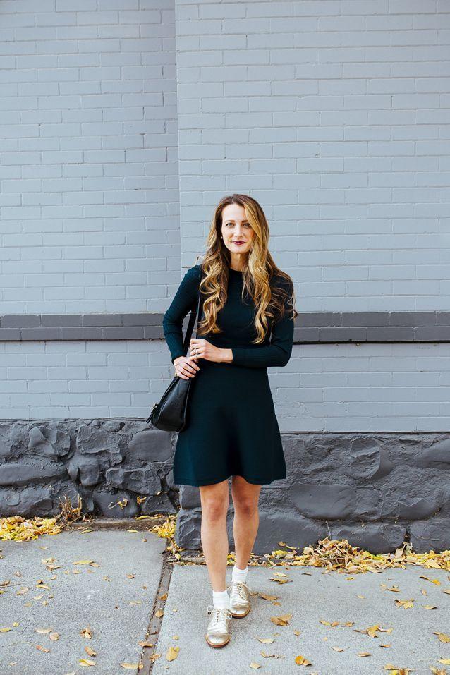 Feiern Sie die Pulli-Kleidersaison in goldmetallischen Schuhen Outfit-Idee über Findin