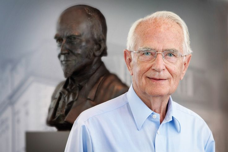Walter Lange von der Uhrenmanufaktur Lange und Söhne vor der B