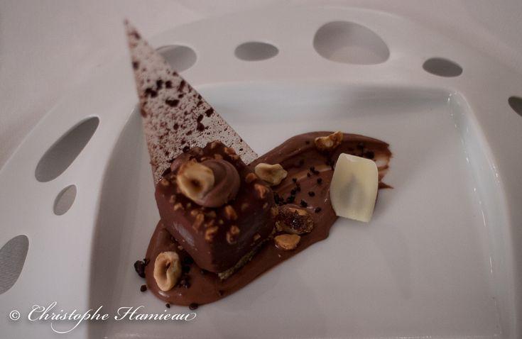 Chocolat Grand Cru en texture, crémeux de chocolat poivre de la Jamaïque, cristalline au grué cacao, noisettes caramélisées, glace onctueuse chocolat au lait par Christophe Dufossé #gastronomie
