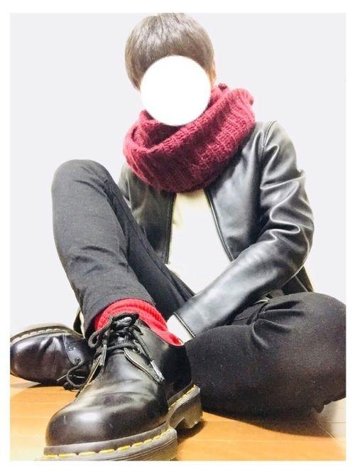 こんばんは! 今日はモノトーンコーデにスヌードと、ソックスで赤を入れてみました! いつもいいねセーブ