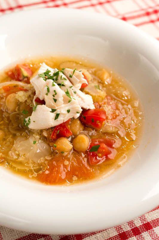 キヌアの食べるデトックススープ    アンチエイジング、ダイエットにおすすめな食べるスープ。 1回で4皿分作れるから作り置きして温めるだけで簡単に温朝食。  材料 (4食分) ササミ 200g ひよこ豆 50g 水 800g ■ キヌア 大さじ2 玉ねぎ 1/2個 セロリ 1/2本 キャベツ 1枚 トマト 1個 生姜 2片 ■ 調味料 ナンプラー 大さじ1 白ワイン 大さじ2 ローリエ 1枚 ■ 仕上げ ココナッツオイル 小さじ1 塩胡椒 適量 イタリアンパセリの葉 適量