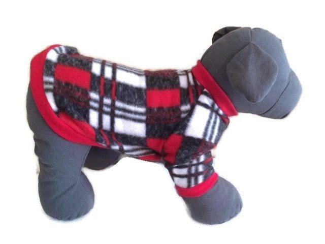Pull pour chiens, polaire chien chemise, pull pour chiens à carreaux, petit chien vêtements, vêtements pour chiens de l'hiver, Red Dog pull, pull chien, chien en polaire  Magnifiquement à la main pull pour chiens pull polaire. Le corps du vêtement est fait à l'aide de pré-lavés polaire (pour éviter le rétrécissement après avoir cousu) et un jersey de coton sur le col, ceinture et les brassards. La chemise dispose d'un design manches raglan et col standard. Si vous préférez un col roulé…