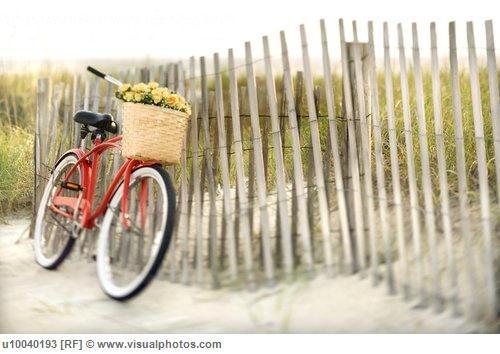 Велосипед у забора