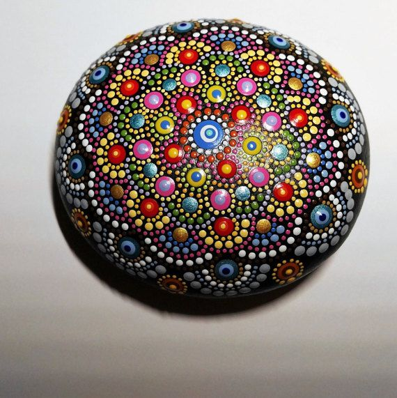 NUEVA colección 2017.-medio Mandala de piedra, cantos rodados pintados a mano. Una piedra muy singular en su colección.  Hermoso brilla el sol. Puede ser utilizado para proyectos de decoración o el arte. Puede también ser utilizados para muchas otras cosas, peso servilleta, regalos, artesanías, muestras jardín de hierba, signos de jardín de flores y vegetales, o utilizar en una pantalla de roca decorativa o arreglo apilado. Perfecto para dar como regalo a alguien especial o como única…