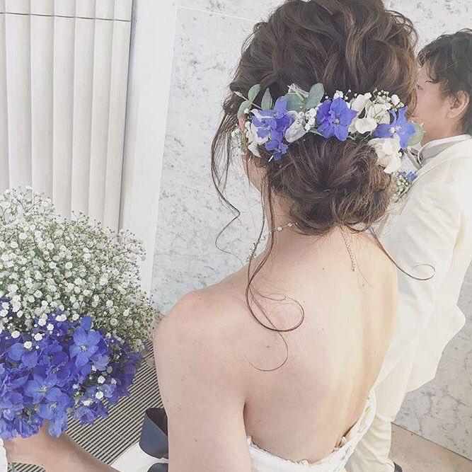 """2,198 Likes, 5 Comments - プレ花嫁の結婚式(ウェディング)準備サイト marryマリー (@marry_editors) on Instagram: """"*̣̣̥◌⑅⃝♡ 白い#かすみ草 と🌿 青いお花(#デルフィニウム でしょうか?)を 組み合わせた#ウェディングブーケ と #ブライダルヘア を発見💖💫💠 * ブーケはかすみ草と青いお花を半分ずつ、…"""""""