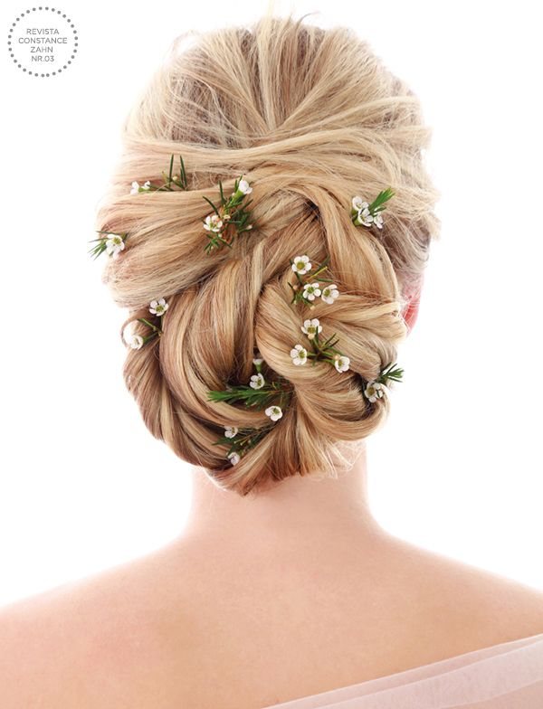 Penteado de noiva - coque torcido com flores naturais { Foto: Felipe Lessa | Beleza: Jr Mendes }