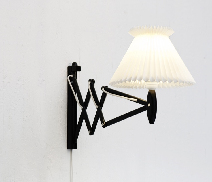 Le Klint sakselampe. Skærm med ekstra skirt. - kan f.eks. købes brugt. Gerne eg eller teak.