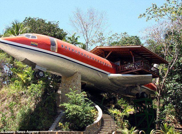 Un vieux Boeing 727 transformé en hôtel dans la jungle du Costa Rica...c'est pas tous les jours que l'on a un avion à  recycler :D