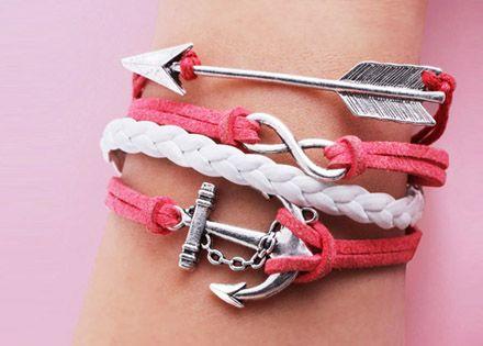 Legyen tiéd a különböző színben elérhető fonott karkötők egyike