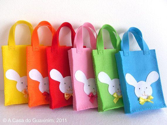 Vilten tasjes met haasje Felt Easter bunny bags. Kijk voor vilt eens op http://www.bijviltenzo.nl