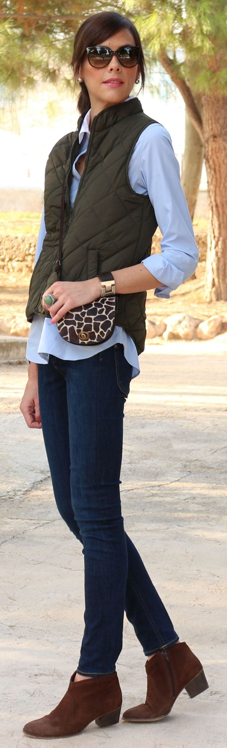 Another basic classic style! Love it! #Chaleco + #Botines by Be Trench