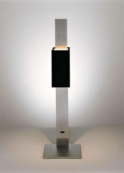 clv2 tavolo   Viabizzuno luminaria de mesa para interiores IP20 de doble emisión compuesta por una caja exterior de 100x100x50mm de aluminio pulido o pintado de marfil o negro, por dentro pintada de rojo, negro o marfil. se apoya sobre una base cuadrada de aluminio satinado de 105x105mm y se puede regular a varias alturas mediante deslizamiento sobre el tallo de aluminio satinado de 360mm de altura. el cable de alimentación recubierto de algodón negro confiere personalidad a la lámpara