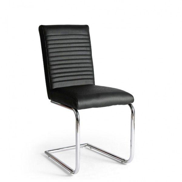Silla de comedor con estructura cromada en forma de C y asiento y respaldo tapizados en polipiel negra.