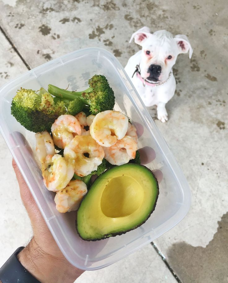 We made this tasty prep on Sunday in one pan.  Broccoli on one side and shrimp on the other.  Obviously they have different baking times so get your veggies started first then add the shrimp about 12min before the veggies are done.  Before you ask... drizzle a little lime on the avocado to keep it from browning.   Ingredients:  4oz @Sizzlefishfit Shrimp 1 tbsp @Saucylipsfoods Pineapple Thai sauce 1.5 cup Broccoli 1/2 Avocado  #Macros: Carbs - 23g Fat - 13g Protein - 27g Calories 309…