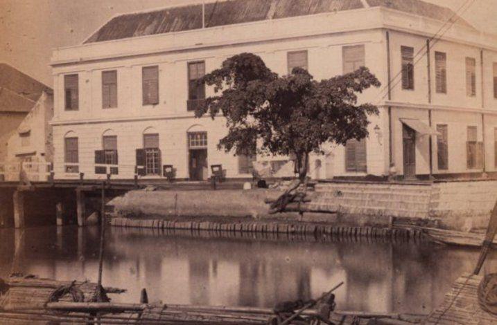 Residentiekantoor te Soerabaja (Gedung di kaki sebelah timur Jembatan Merah) 1865 (KITLV Digital Media Library)