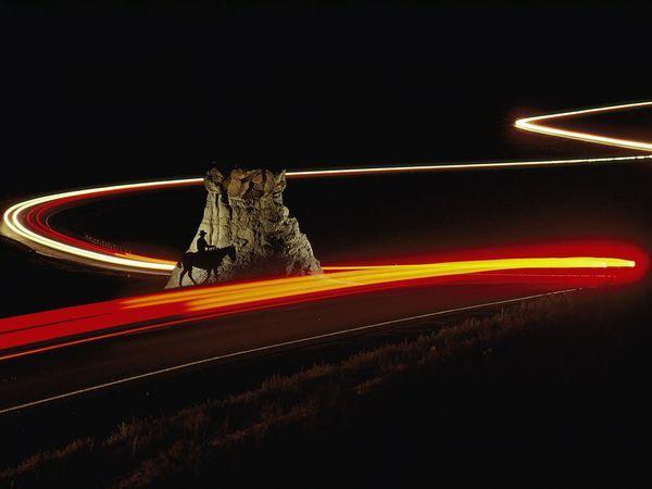 Il cowboy e le automobili. Fotografia di Annie Griffiths, National Geographic.  (Fotoconsigli: le tecniche speciali  Notturne, panoramiche, HDR, infrarosse, aeree e altro. Come realizzare foto con tecniche alternative, per uscire dai soliti schemi.)