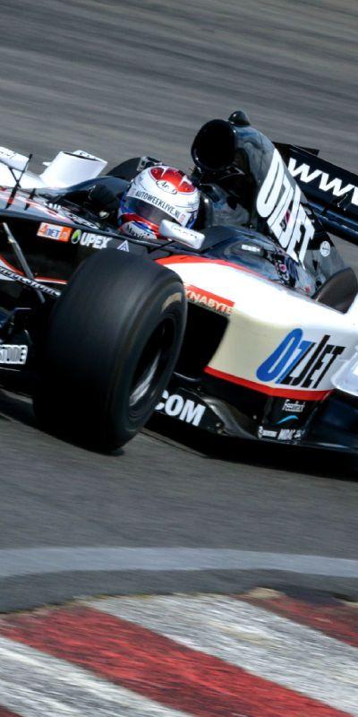 Gi brudgommen en opplevelse helt utenom det vanlig! Å kjøre en Formel 1-bil er en gave som huskes. En heldagsopplevelse med teori og kjøring på Skandinavias eneste Formel 1-bane.