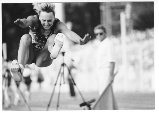 1983 wurde Heike Drechsler erstmals Weltmeisterin im Weitsprung. Die damals 18-Jährige war damit die jüngste Weitsprungweltmeisterin aller Zeiten und wurde in der DDR groß gefeiert. Copyright: DDR Museum, Berlin. Eine kommerzielle Nutzung des Bildes ist nicht erlaubt, but feel free to repin it!