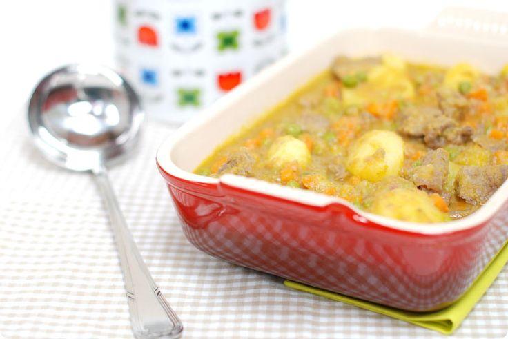 Guiso de ternera con patatas, zanahorias y guisantes. Plato completo y fácil para cuatro personas.