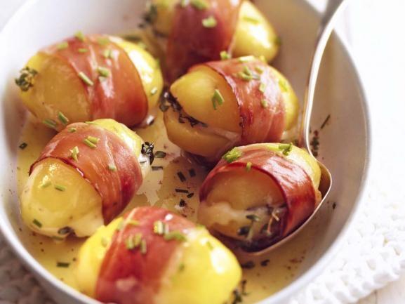 Gefüllte Kartoffeln im Speckmantel