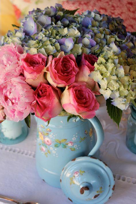 Pink roses and blue hydrangea always make a beautiful combination [Mon français Country Home, Salon Français - Sharon Santoni]