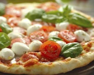 Pizza italienne aux tomates, basilic et mozzarella : http://www.fourchette-et-bikini.fr/recettes/recettes-minceur/pizza-italienne-aux-tomates-basilic-et-mozzarella.html
