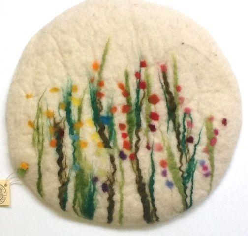 Sitzkissen Filz *Gras und Blumenwiese* weiß von lieberfilz auf DaWanda.com