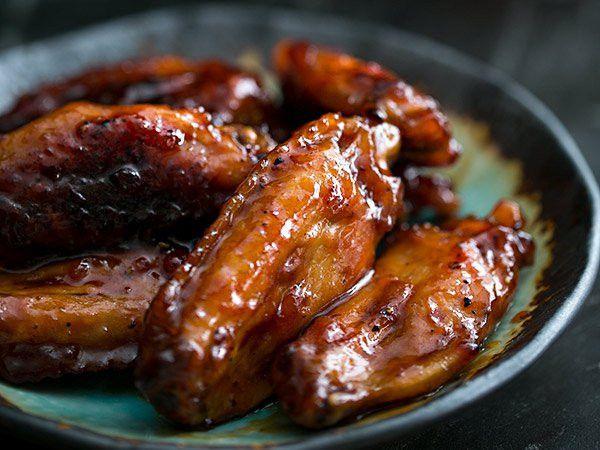 C'est une recette d'ailes de poulet qui sort vraiment de l'ordinaire. On fait caraméliser des ailes de poulet nature dans le sirop et le bourbon! Le résultat est délicieux.
