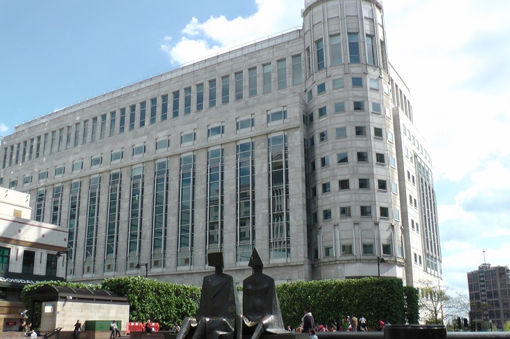 """www.girlbanker.com, huge building & large bronze statue of """"a couple"""" in Canary Wharf"""