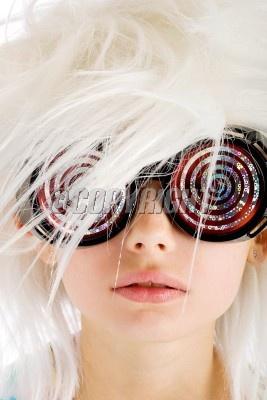 10698858 - photo y juego dientes niño desorientado vestuario loco atractivo disfraz ojos diversión gracioso chica gafas pelo feliz enfermo mental cabrito perdía lunático novedad ciencia científico estilo juguete trance raro blanco peluca juventud