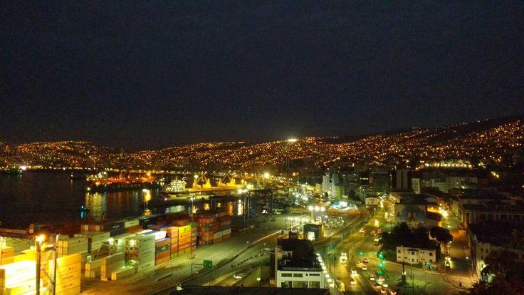 Al caer la noche Valparaíso luce así.