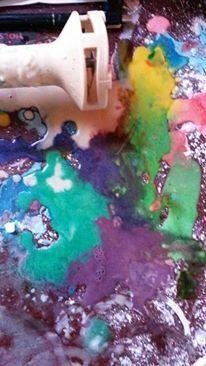 Straßenkreide gehört zur Kindheit wie Luftballons und Seilspringen. Aber habt ihr schon mal mit Sprühkreide gearbeitet? Diese Art abwaschbares Graffiti macht nicht nur den Kindern Spaß.