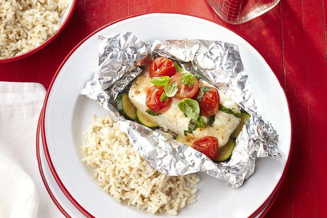 Ces papillotes de poisson et de légumes frais estivaux grillent facilement. En plus d'emprisonner les saveurs, cette méthode de cuisson permet un nettoyage en un claquement de doigts.